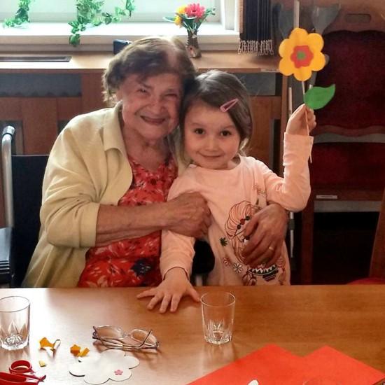 Oranžoví na návštěvě u seniorů